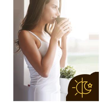 Garota em frente a janela tomando Café Termogênico - Coffee ThermoMix