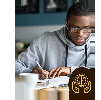 Rapaz estudando tomando Café Termogênico - Coffee ThermoMix